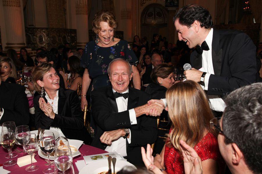 Sophie L'Helias-Delattre, Marie-Monique Steckel, présidente de la FIAF, Jean-Paul Agon, PDG de L'Oréal, qui vient tout juste d'acheter aux enchères deux œuvres de Jeff Koons et sert la main au commissaire-priseur Adrien Meyer (de profil).