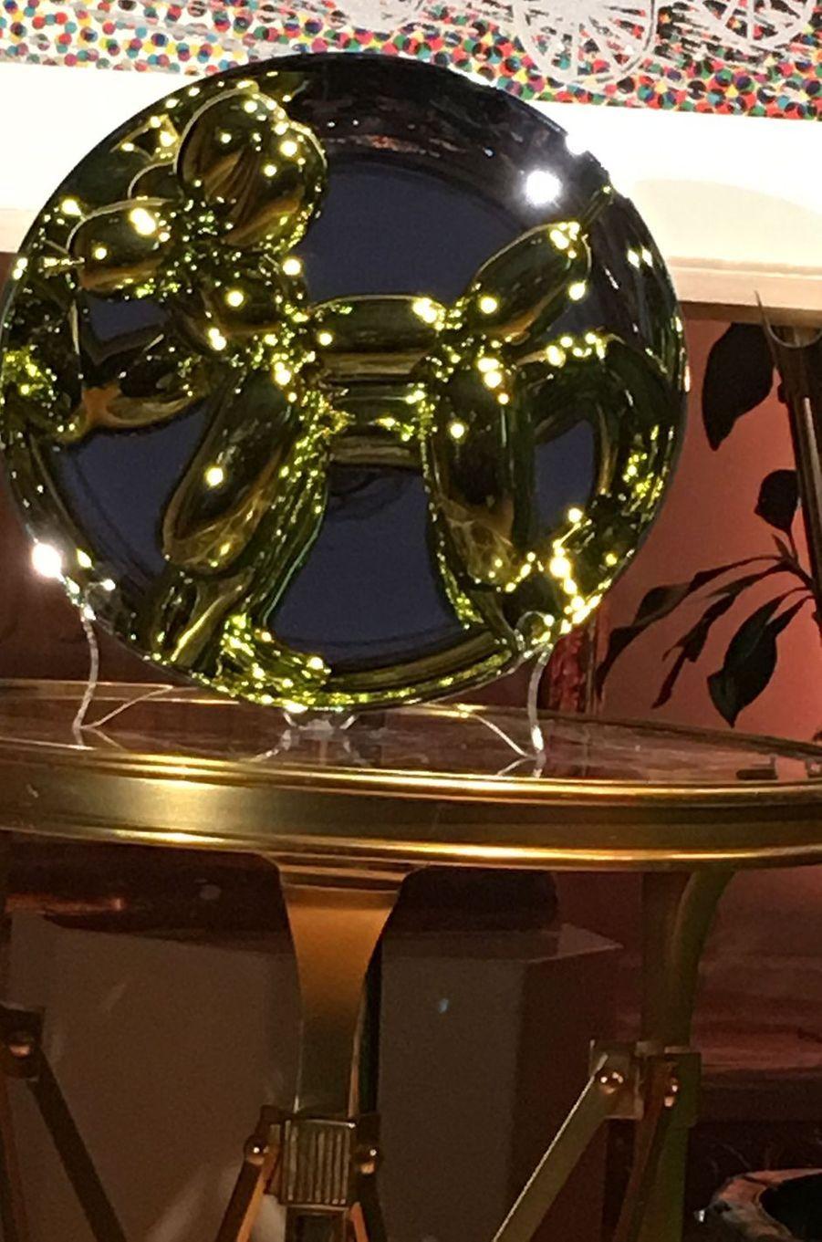 """""""Balloon Dog (Yellow)"""", l'assiette conçue par le porcelainier français Bernardaud, dessinée par Jeff Koons et achetée aux enchères par Jean-Paul Agon."""