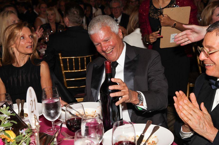 Larry Gagosian admire le magnum de Cheval Blanc qu'il vient d'acheter aux enchères pour 8000 dollars.