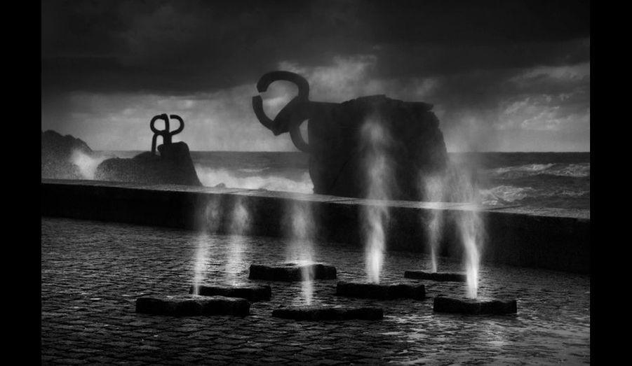 «El peine del viento» (les peignes du vent). Dans un lieu privilégié pour la contemplation de la mer à la fin de la Ondarreta plage de San Sebastian, Eduardo Chillida (San Sebastián, 1924) a créé trois pièces monumentales en acier qui interrogent la mer sur sa force. Le vent doit être « coiffé et élégant » pour entrer dans Saint-Sébastien : aux « peignes » de le coiffer… (sans date)
