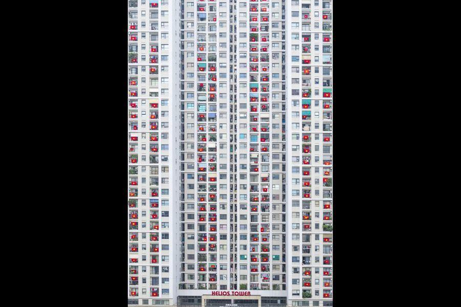 """""""Une des façons de montrer sa solidarité dans les moments difficiles. Dans un immeuble résidentiel, près de chez moi, les habitants accrochent les drapeaux du Vietnam pour soutenir ceux qui se battent contre le Covid en première ligne."""""""