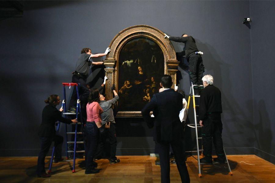 Pas moins de dix mains sont nécessaires pour déplacer « La Vierge à l'Enfant avec saint Jean-Baptiste et un ange », dite « La Vierge aux rochers », peinte entre 1483 et 1494. L'exposition dure jusqu'au 24 février