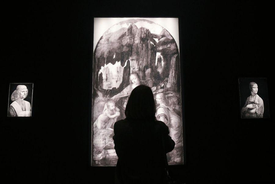 La salle de réflectographie. De g. à dr. : « Portrait de jeune homme tenant une partition », « La Vierge aux rochers » et « La dame à l'hermine ».