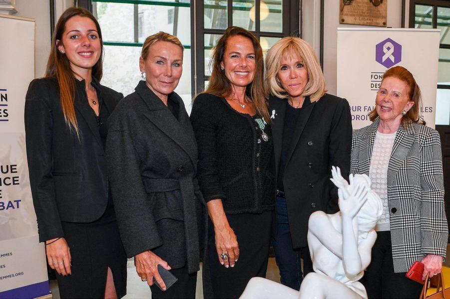 La sculptrice Laurence Jenkell, présentant son oeuvre, entourée (de gauche à droite) de sa fille, d'Annie Groult, de Brigitte Macron et de Marlène Nathan de Lara.