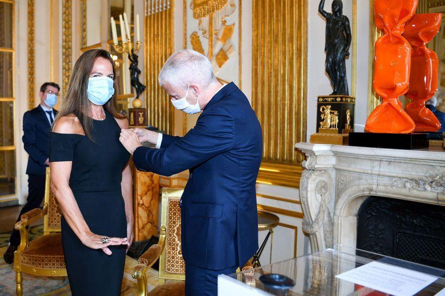 Laurence Jenkell reçoit de Franck Riester les insignes des Arts et Lettres, le 9 juin. Une remise de décoration à l'heure du coronavirus et du déconfinement.