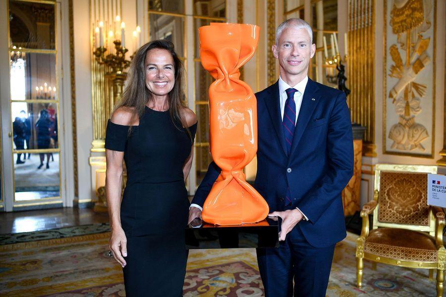 Laurence Jenkell et le ministre de la Culture Franck Riester avec un bonbon, oeuvre emblématique de l'artiste.