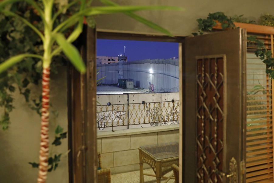 L'Etat hébreu a commencé en 2002 la construction d'une barrière, composée par endroits de blocs de béton de plusieurs mètres de haut, pour se protéger des incursions de Cisjordanie en pleine vague d'attentats palestiniens au cours de la deuxième Intifada (2000-2005). La Cour internationale de justice a déclaré illégale sa construction en 2004. Israël affirme que la barrière continue de le protéger d'attaques d'assaillants venant de Cisjordanie. Pour les Palestiniens, la barrière est l'un des symboles les plus honnis de l'occupation israélienne.