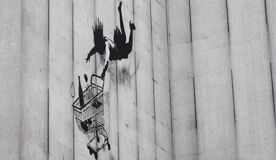 Banksy fait de son art un moyen de communication pour scander haut et fort son mécontentement envers certaines décisions politiques et inégalités diverses. Malgré sa capacité à transgresser les règles, il demeure jusqu'à présent, un vrai mystère puisque sa vraie identité n'a jamais été dévoilée.