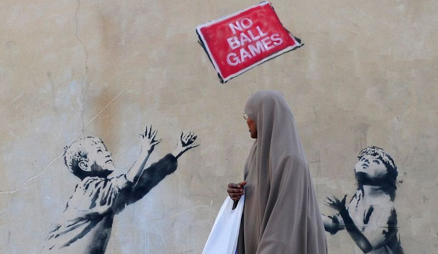 Banksy aime provoquer voire créer le débat. Unique en son genre, le graffeur crée des œuvres percutantes, toujours animées d'ironie, dérision, humour et désinvolture. Comme ici, le pochoir réalisé sur un mur situé dans le nord de Londres.