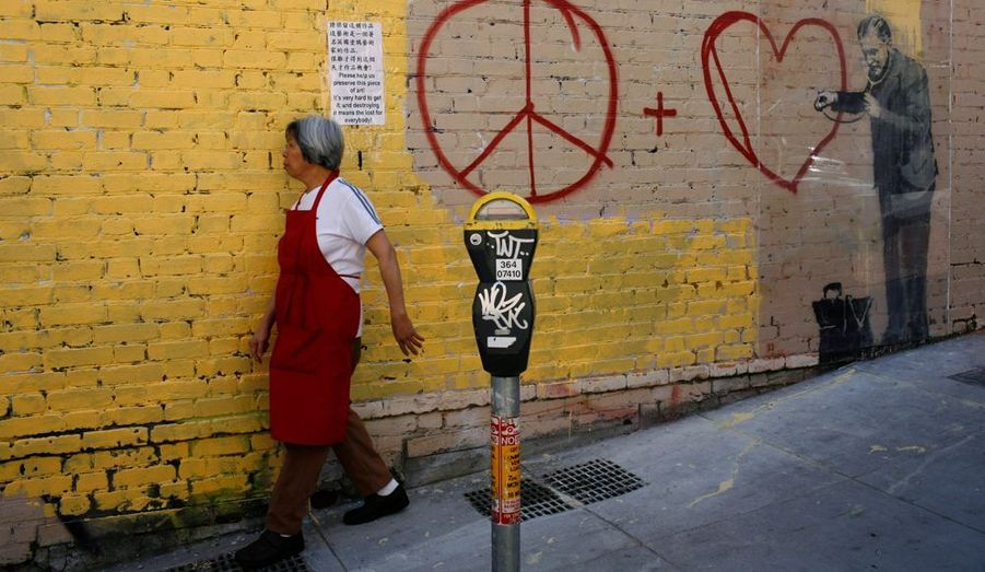 Dans le quartier chinois de San Francisco, Bansky était d'humour poétique. On peut voir un médecin qui dirige son stéthoscope vers le cœur du symbole « Peace and Love».