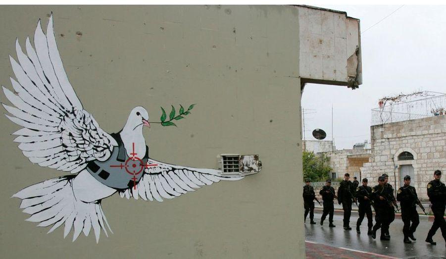 En 2008, Banksy a fondé le projet «Santa's Ghetto» en réalisant des peintures sur le mur de Bethléem afin de redonner espoir aux habitants palestiniens. Notamment cette colombe, symbole de paix.