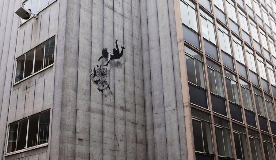 Sa toile, c'est la rue. Banksy, l'artiste mythique de la scène graffiti, fait aujourd'hui parler de lui. un nouveau pochoir aurait été découvert en face de l'immeuble de la société ForeigStudents.com à Westminster en Angleterre. Le graffiti représente une femme en train de tomber avec son caddie rempli de produits. Une nouvelle satire de la société de consommation?