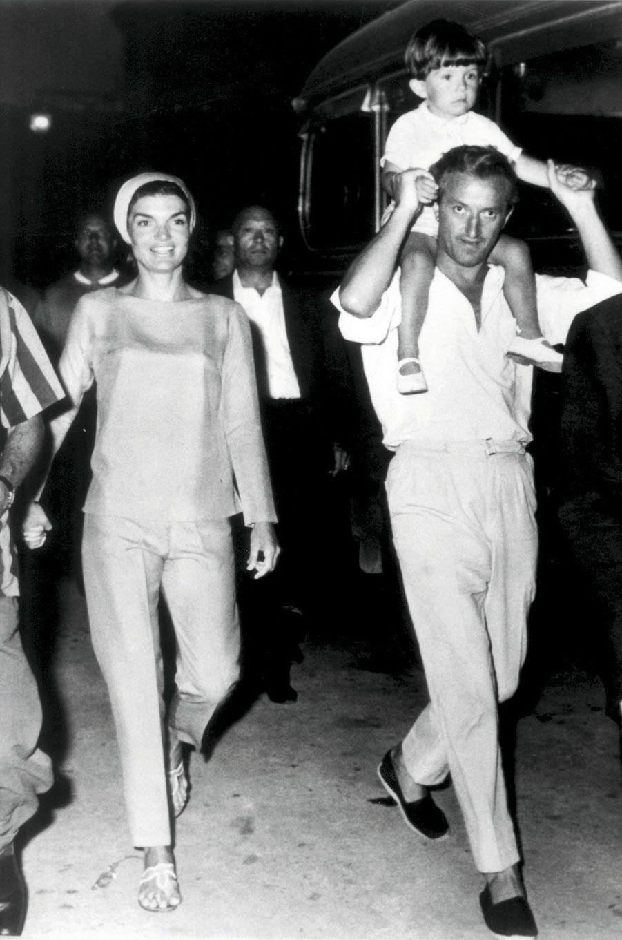 Pendant les vacances à Ravello avec Jackie Kennedy, en août 1962. Sur les épaules de Benno Graziani, John-John.
