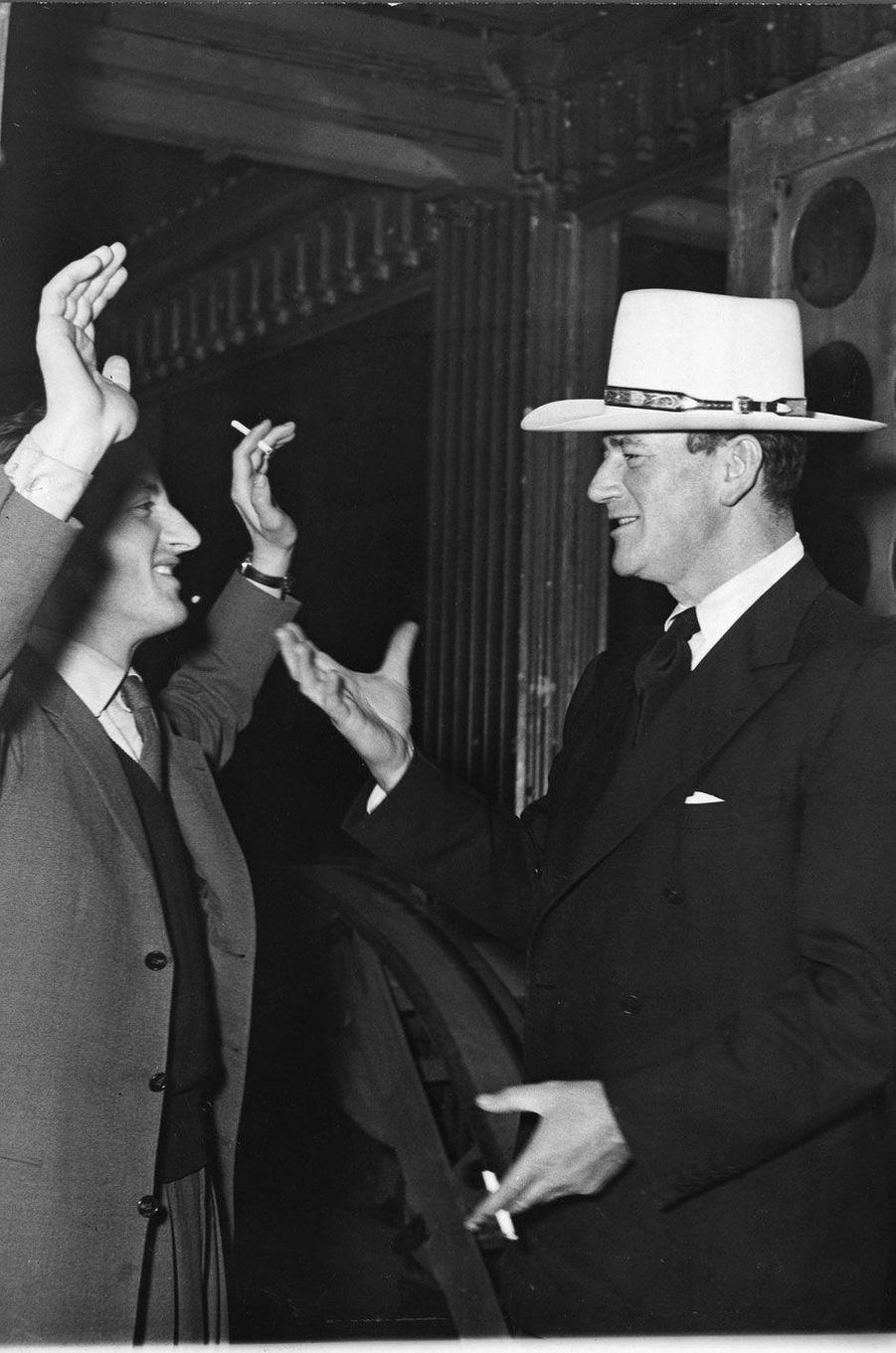 Mars 1951, face à John Wayne à Paris.