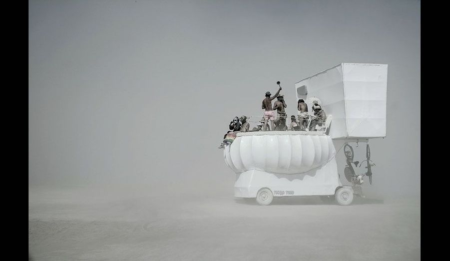 Un « véhicule mutant » : des toilettes géantes avec deux bicyclettes au cas où les « burners » auraient envie d'une petite promenade dans le désert. Le périmètre de la zone attribuée aux festivaliers est strictement limité.