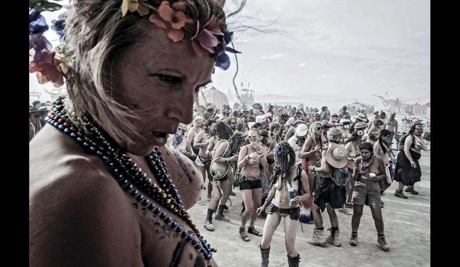 En plein désert, à quelques kilomètres du cœur du festival, un « événement ». Des jeunes femmes dansent seins nus, fières de leur corps. Juste à côté, un petit groupe de « burners » équipés d'une carriole offrent à la ronde des cocktails.