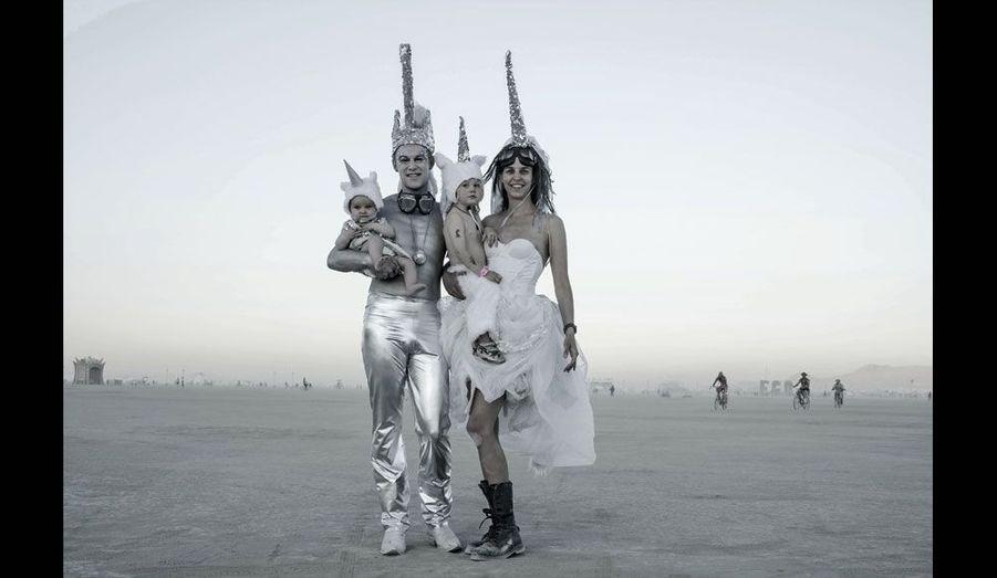 Toutes les fêtes sont possibles à Black Rock City, toutes les inspirations aussi. Sur fond de désert, un jeune couple avec enfants évoque le mystère de la licorne.