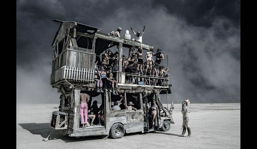 En route vers la « Grande Expérience de l'Homme qui Brûle ». En 1986, sur une plage de San Francisco, un paysagiste, accompagné de quelques amis, incendie l'effigie d'un homme en bois de 2,4 mètres de hauteur. On vient aujourd'hui du monde entier pour participer à la semaine qui précède l'immolation par le feu. Burning Man se tient désormais dans le désert du Nevada et dépasse les 30 mètres. Woodstock postmoderne, refusant les sponsors, le festival Burning Man, à la fin août, est dédié aux rencontres et aux performances extravagantes. Une fête dionysiaque. Chaque « burner » se doit de « donner ». Et on donne de tout à Black Rock City, la ville éphémère. De l'œuvre d'art monumentale au cours de yoga, tout est gratuit. Cette fiesta géante attire des vieux hippies, mais de plus en plus de jeunes cadres de la Silicon Valley. Un parfum d'utopie. Sur cette photo, au cœur de la «playa » (la plage), le lac salé où a lieu le festival, un « véhicule mutant » assure le transport des fêtards. Ces géants équipés de « sound systems » surpuissants doivent être agréés par les autorités locales.