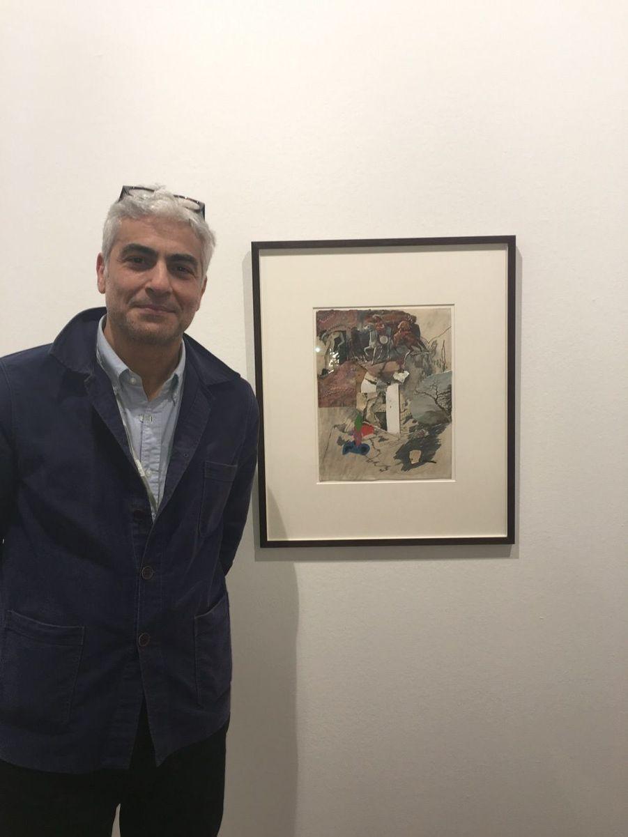 """Le galeriste Frank Elbaz pose devant une oeuvre de Bruce Conner de 1963, intitulée """"Untitled collage"""""""