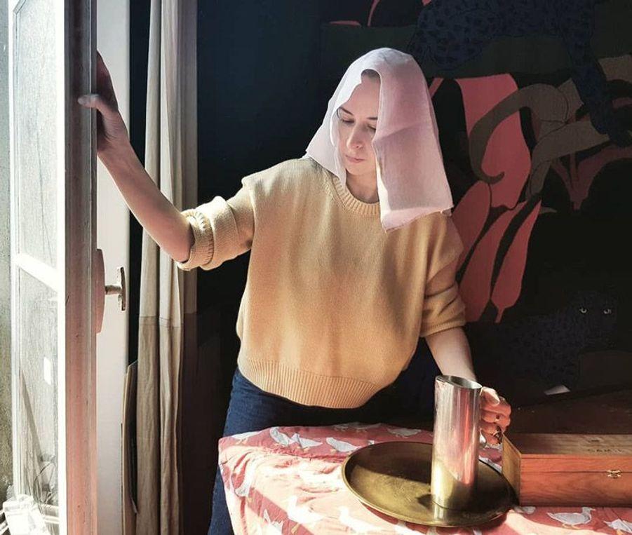 Une version confinée du tableauJeune femme à l'aiguièrede Johannes Vermeer