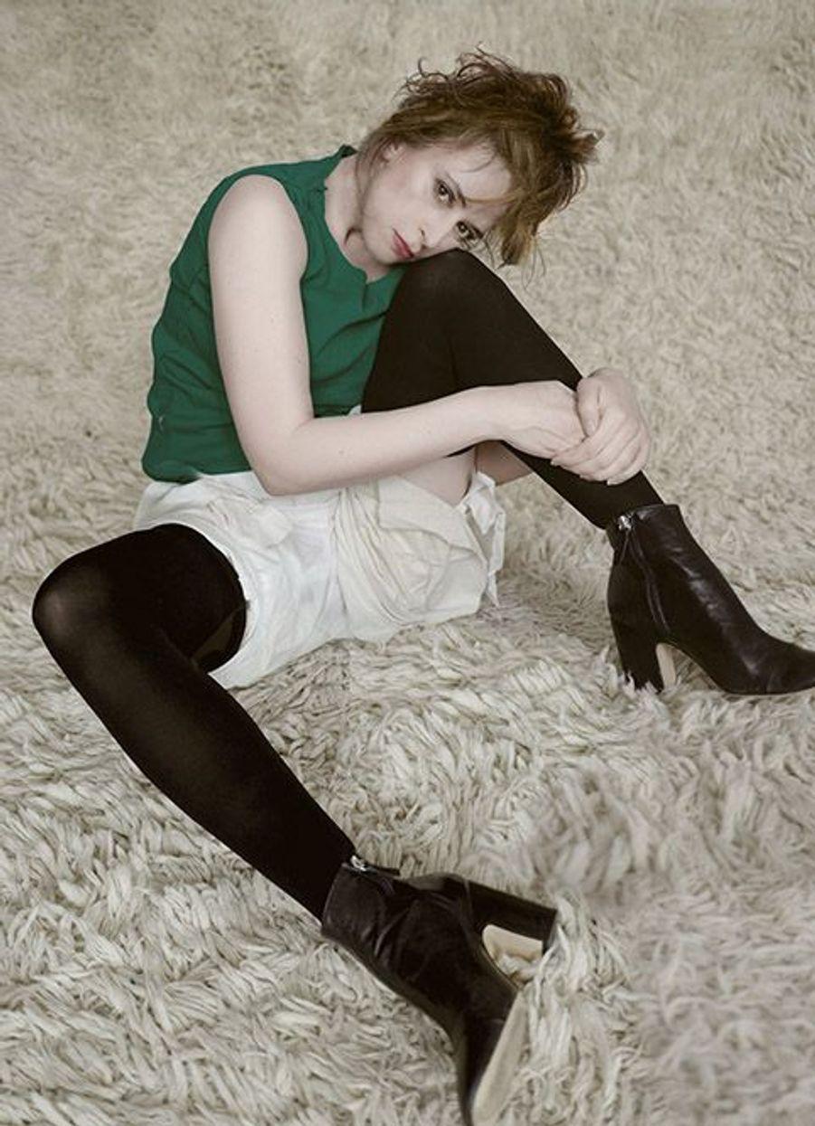 Une version confinée du tableau Femme s'asseyant d'Egon Schiele