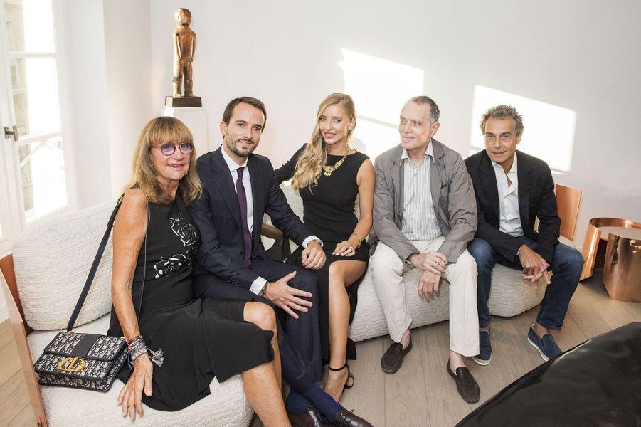 Le galeriste Lucas Ratton entouré par sa maman et son épouse, ainsi que Daniel et Michel Bismut