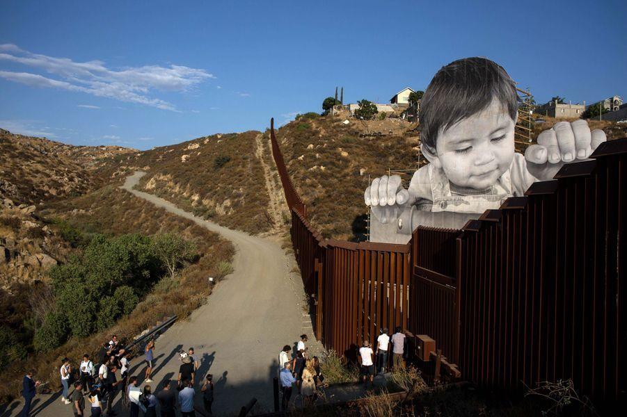 «Kikito», un an, regarde par-dessus la frontière séparant le Mexique des Etats-Unis.