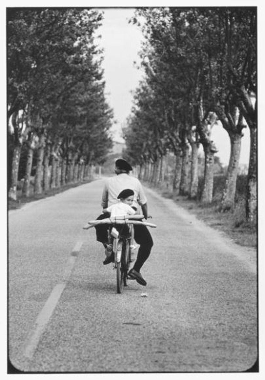 Né en France en 1928, cet amoureux des enfants et des chiens, dixit son portrait disponible sur son site officiel, reviendra souvent dans l'Hexagone pour croquer la vie de l'après-guerre.