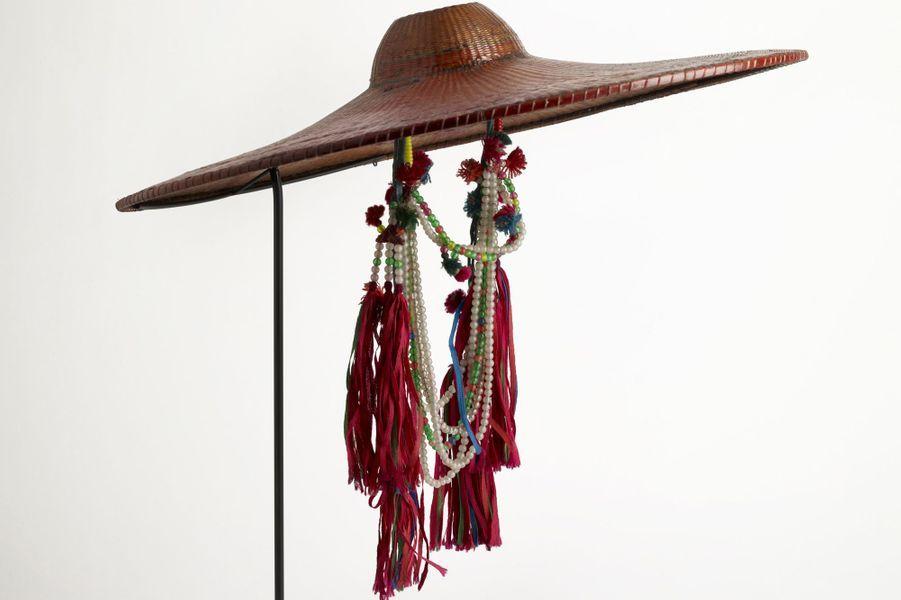 Chapeau de femme mariée 20e siècle Asie, Chine, région de Jiasa, province du Yunnan, district de Xinping, population t'aï saï Bambou, coton, perles de verre.