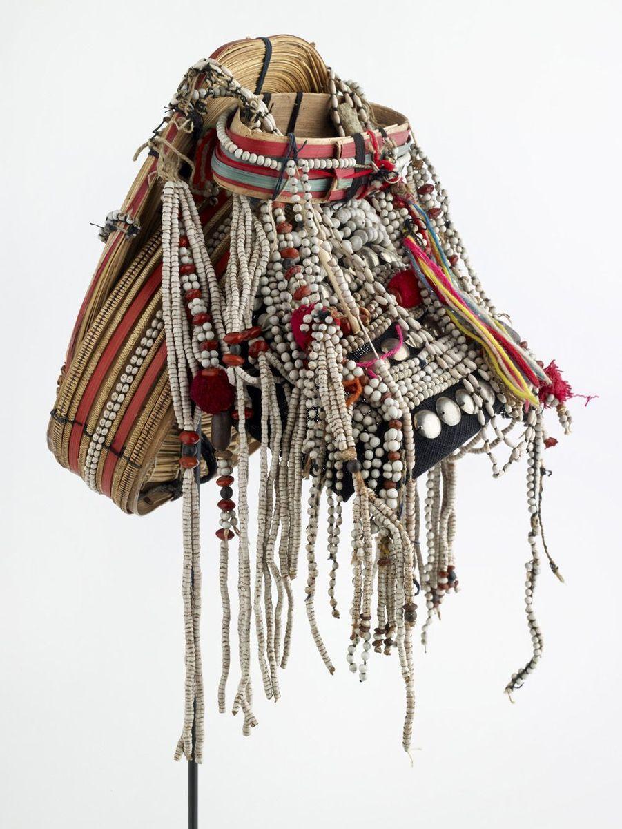 Coiffe de femme 20e siècle Asie, nord de la Thaïlande, population akha (hani) Fibres végétales, coton, alliage d'argent, graines, perles, os (buffle d'eau).