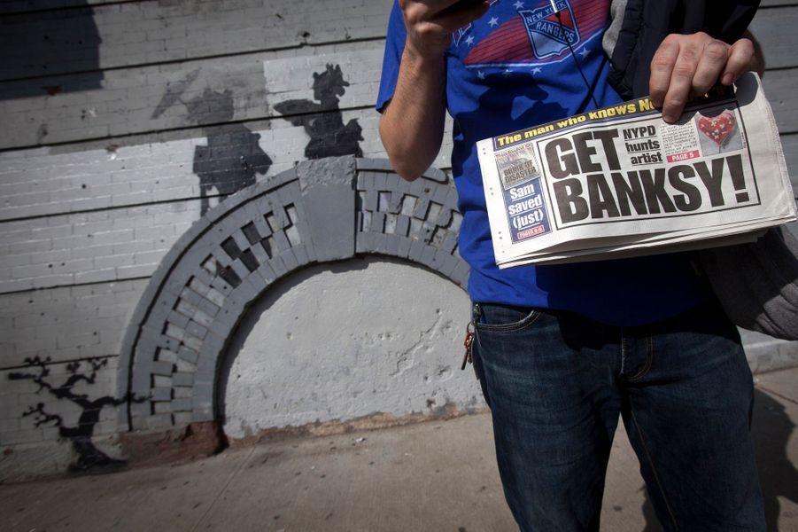 """L'artiste contemporain Banksy a investi les rues de New York depuis début octobre. Le graffeur-star dont le monde de l'art s'arrache les oeuvres au pochoir veut, avec ses performances dans la Big Apple - le programme s'appelle """"Better Out Than In"""" (c'est mieux dehors que dedans) -, démontrer que l'art appartient à la rue. Et le Britannique à l'identité toujours inconnue de bouleverser le paysage graphique de la ville, génie insaisissable qui se renouvèle sans cesse. La police de New York est sur les crocs."""