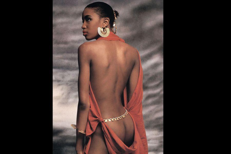 Le photographe Terence Donovan met en images le sublime corps de Naomi Campbell, alors âgée de 16 ans.