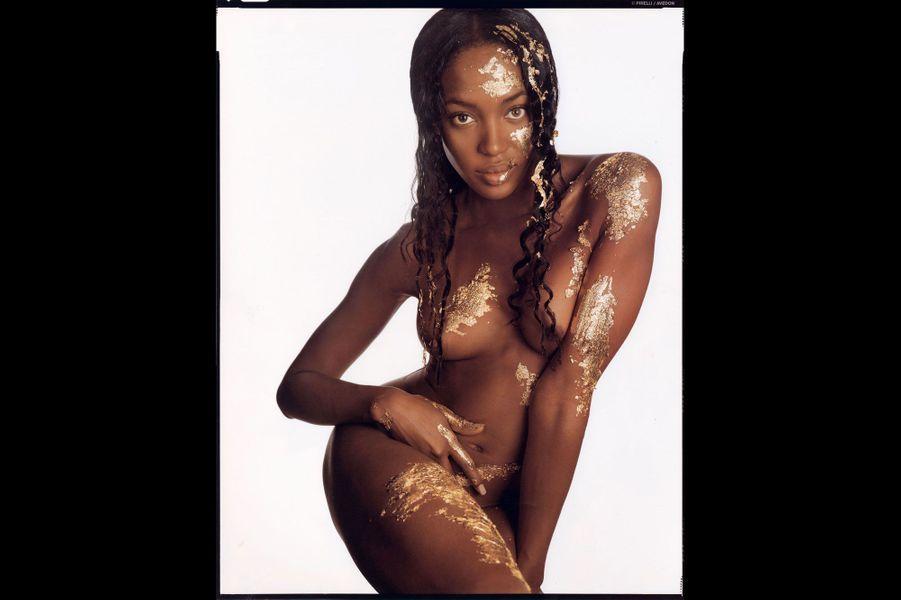 Naomi Campbell, sublime, revient dans le calendrier.