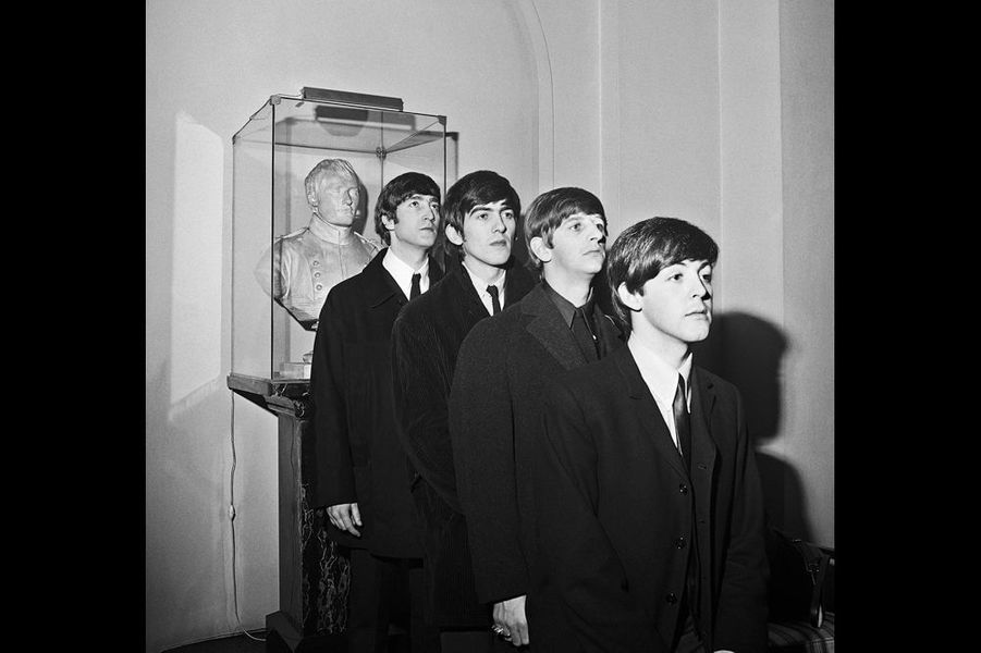 """« Il y avait dans le lobby du George V un buste de Napoléon. L'un des serveurs a dit à John qu'il ressemblait à Napoléon. Comme nous passions devant tous les jours, nous plaisantions sur la ressemblance entre John et Napoléon. J'ai demandé à John de poser devant le buste, non pas parce qu'il y avait la moindre ressemblance, mais parcequ'ils avaient la même coupe de cheveux!»"""" I Feel Fine """" ‐ Exposition des photos des Beatles prises par Harry Benson au George V Du 15 au 30 juin 2014, dans le hall et en face du bar Four Seasons Hotel George V 31 avenue George V, 75008 Paris."""