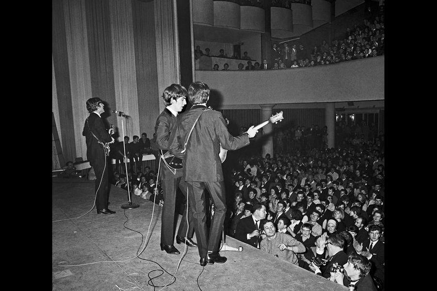 """«On pouvait entendre la musique lorsqu'ils jouaient à Paris. Les cris assourdissants ne couvraient pas encore leurs voix. Plus tard, ils pouvaient chanter n'importe quoi, dire n'importe quoi sur scène, parce qu'après le premier accord, on n'entendait plus rien. Les Français n'avaient jamais rien entendu de pareil. Ils ne savaient pas quoi en penser. Cette musique ne ressemblait en rien à ce qu'ils connaissaient. Mais les Beatles se sont produits à l'Olympia pendant trois semaines et le phénomène s'amplifiait de jour en jour. A la fin, Paris était totalement conquis. Le monde s'ouvrait à eux. Tout le monde voulait les rencontrer. Une grande part de leur charme venait du fait qu'ils étaient ce que chacun rêvait d'être secrètement: jeunes, impertinents, drôles, insouciants et plein de talent»."""" I Feel Fine """" ‐ Exposition des photos des Beatles prises par Harry Benson au George V Du 15 au 30 juin 2014, dans le hall et en face du bar Four Seasons Hotel George V 31 avenue George V, 75008 Paris."""
