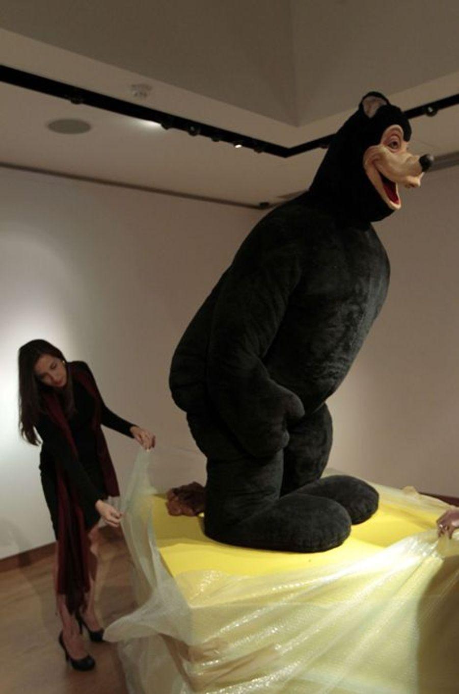 """L'oeuvre """"Bear Sculpture"""" de Paul McCarthy, présentée à Londres en octobre 2012"""