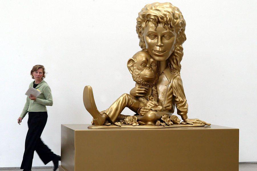 """L'oeuvre """"Michael Jackson and Bubbles"""" de Paul McCarthy, présentée à Berlin en septembre 2004"""