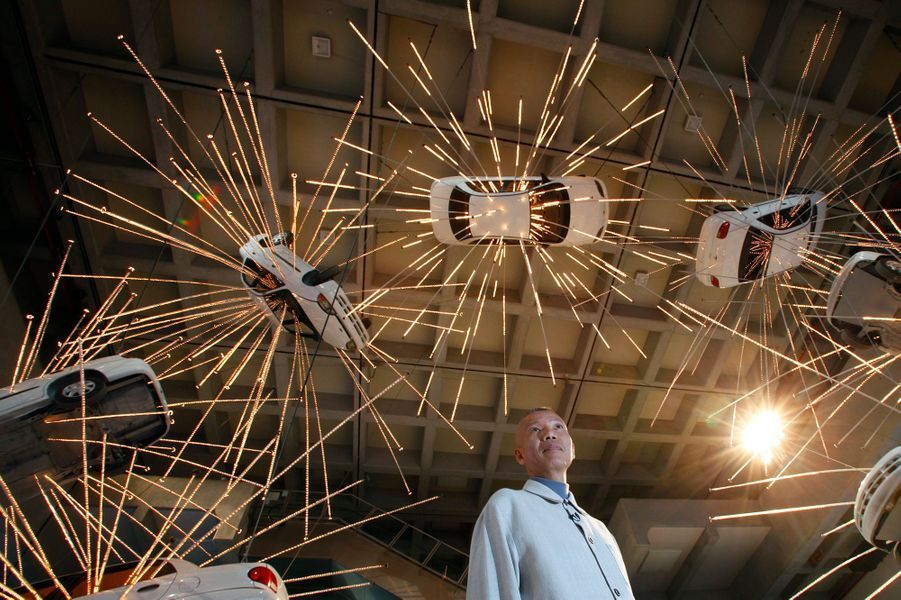 """L'artiste chinois Cai Guo-Qiang devant son oeuvre """"Inopportune: Stage 1"""""""