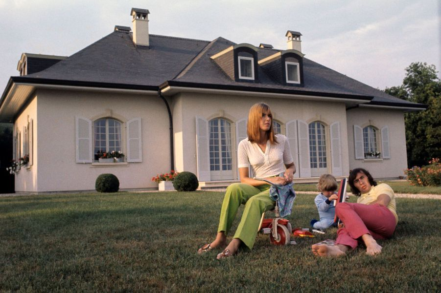 Le pilote de course automobile écossais Jackie STEWART champion du monde de Formule 1. Jackie STEWART chez lui en famille dans sa propriété de Begnins en Suisse, allongé pieds nus sur la pelouse de son jardin en compagnie de sa femme Helen et de son fils Paul (3 ans et demi).