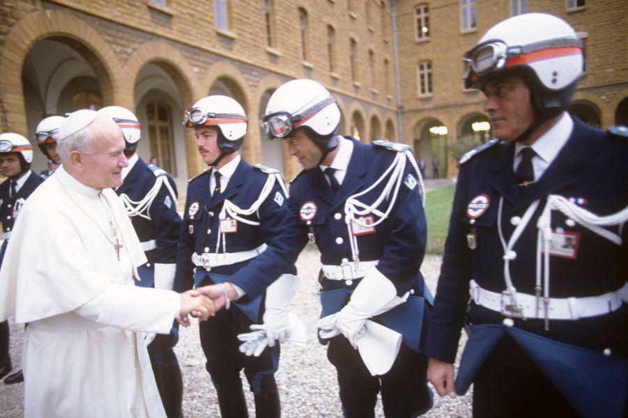 Octobre 1986, le Pape JEAN-PAUL II en FRANCE au séminaire SAINTE-IRENEE, serrant la main de motards de la Police.