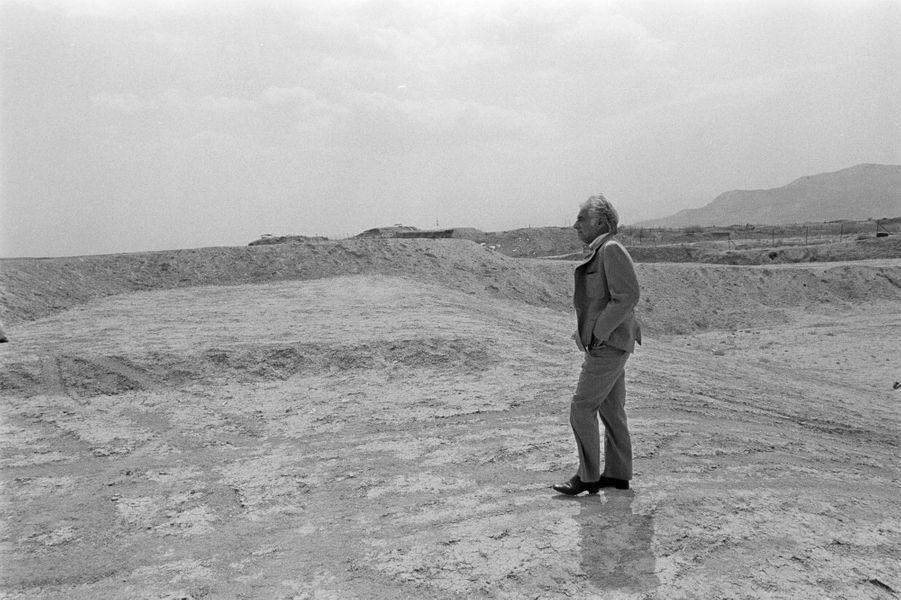En Israël, à Tel-Aviv et à Jérusalem, en avril 1977, le chef d'orchestre et compositeur américain, Léonard BERNSTEIN est la star du Festival de musique d'Israël. Léonard BERNSTEIN seul, les mains dans les poches sur une plage de sable.