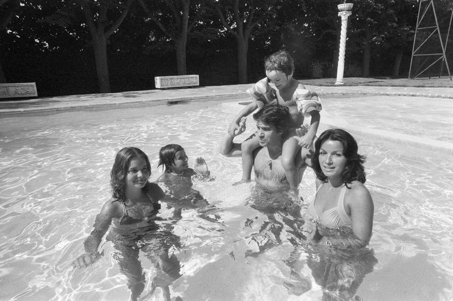 Rendez-vous avec Bernard TAPIE chez lui en famille dans sa maison de la région parisienne Baignade en famille dans la piscine : Bernard TAPIE portant son fils Laurent (6 ans) sur ses épaules, entouré de ses autres enfants Nathalie (14 ans), Stéphane (12 ans) et de son épouse Dominique.