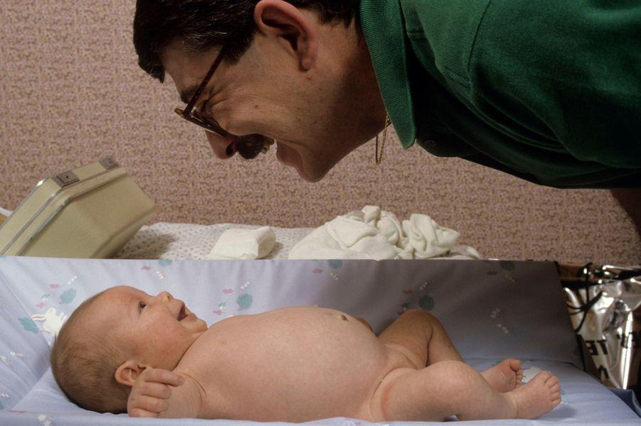 Sarah CHAMBRION, premier bébé éprouvette francais issu d'un embryon congelé né le 20 fevrier 1986 à la maternité de CAEN FRANCE, bébé souriant à son père