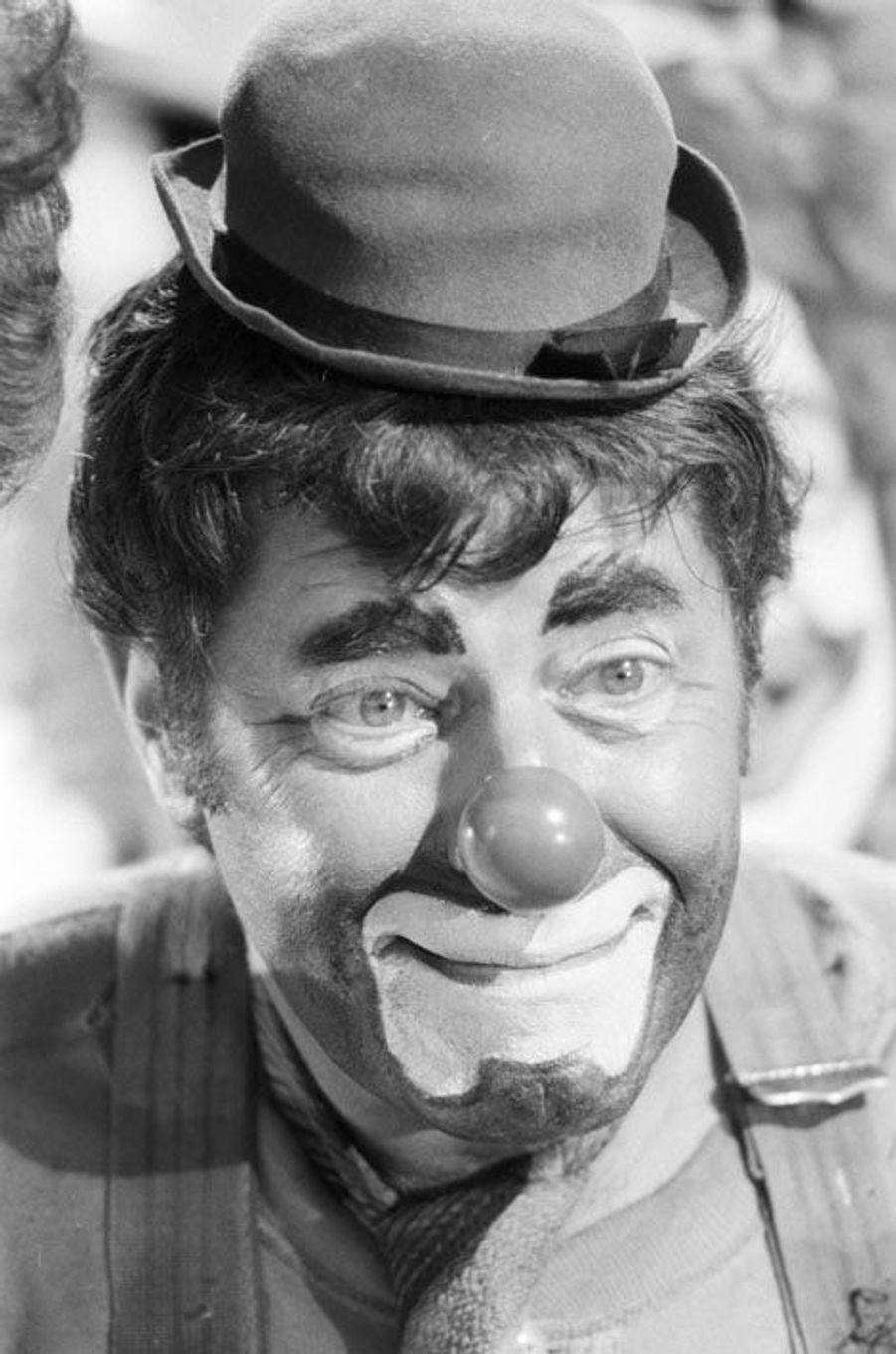 """Pompano Beach (Floride), mars 1979 : tournage du film """"AU BOULOT... JERRY !"""" (""""Hardly Working"""") de et avec Jerry LEWIS. Portrait en gros plan de Jerry LEWIS maquillé et déguisé en clown avec un nez rouge"""