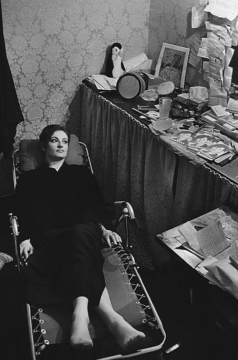 """1965. La chanteuse Barbara et l'humoriste Guy Bedos ouvrent la saison de Bobino. Barbara est en tête d'affiche du spectacle. Guy Bedos fait la première partie avec 11 sketches durant 50 minutes. Barbara est au piano accompagnée de Joss Baseli à l'accordéon et de Pierre Nicolas à la basse. Elle chante 28 chansons dont «Göttingen», «Nantes», """"La solitude"""", """"Au bois de Saint-Amand"""" , et """"Le temps des lilas"""". Barbara entre en scène vêtue d'une longue robe de velours noir. Ici: juste avant de rentrer en scène, elle se repose dans sa loge."""
