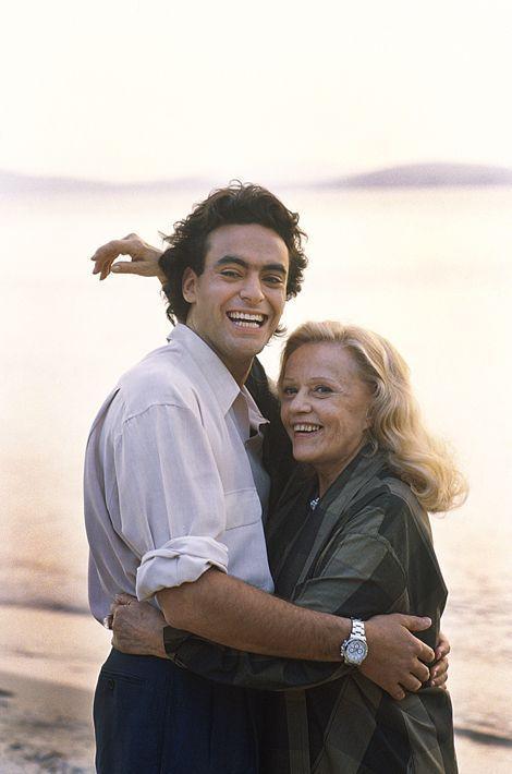 """1990–Anthony Delonest né en1964à Los Angeles. Très tôt il veut devenir acteur. On le verra sur les écrans dans """"La vérité si je mens"""", """"Chronique d'une mort annoncée"""" qui le mènera àCannesoù il montera les marches. le film cartonnera en Amérique du Sud et dans toute l'Europe de l'Est. Anthony continue sa carrière d'acteur à la télévision et au théâtre. On le voit ici avecJeanne Moreaudans le film """"la femme Fardée"""" du réalisateur Jose Pinheiro d'après le roman de FrancoiseSagan."""