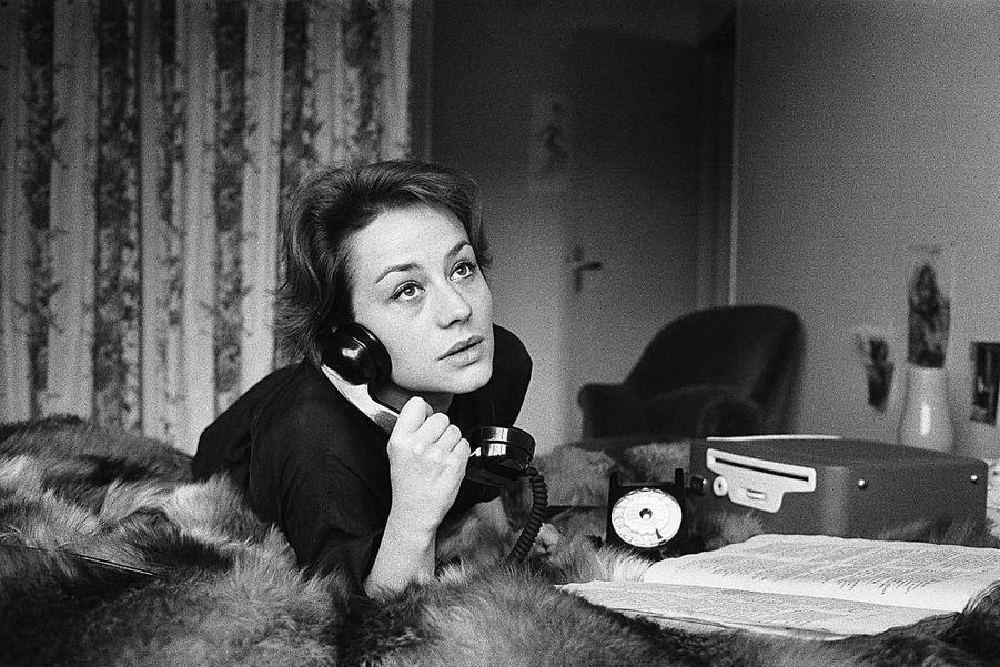 1961 -Dans les années 60, Annie Girardot n'est pas sollicitée par les réalisateurs de la Nouvelle Vague, mais tourne avec des réalisateurs confirmés comme Alexandre Astruc, avec la débutante Catherine Deneuve ou encore Marcel Carne (Trois chambres à Mahattan). C'est d'ailleurs sur le tournage de ce dernier film qu'a débuté Robert De Niro, qui dira d'Annie Girardot: «Elle est la plus belle femelle mec que je connaisse.» Photo: Jack Garofalo / Paris Match