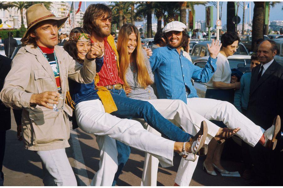 """1969 - Peter Fonda , Denis Hopper et Jack Nicholson sont venus à moto présenter le cultissime """"Easy Rider"""", un road movie qui oppose la génération hippie à celle de l'Amérique conservatrice. Easy Rider obtiendra au festival de Cannes le prix de la meilleure œuvre. Sur la photo l'équipe du film sur la croisette. Photo : Jean-Pierre Biot / Paris MatchRetrouvez Paris Match Vintage surFacebook,TwitteretInstagram"""