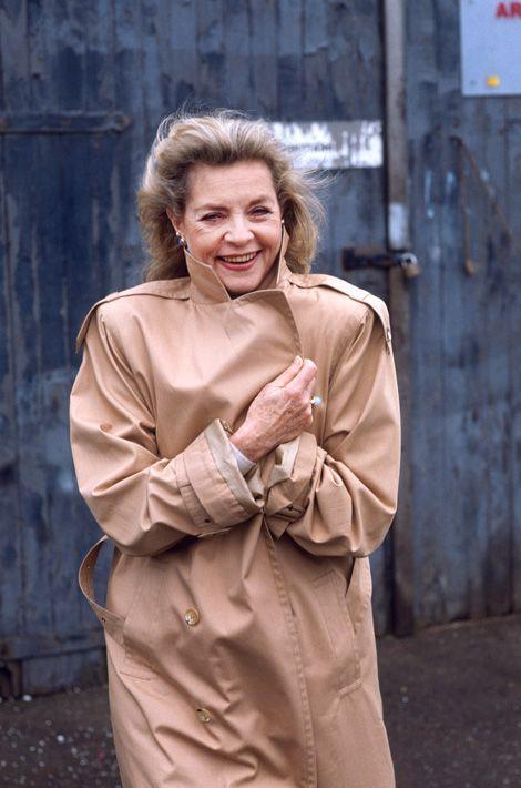 """1988 - L'actrice Lauren Bacall 54 ans à Londres sur le tournage du film """"Tree of hands"""". Lauren Bacall avait 33 ans quand Bogie est mort. Pendant plus d'un demi-siècle, elle a porté vaillamment le fantôme écrasant, ça ne l'a pas empêchée d'épouser un autre acteur, Jason Robards qui disparaissait pendant des nuits entières de Beuveries. Elle a tenté de refaire sa vie mais personne n'avait la carrure de Bogie. Lauren dit, """" j'ai passé bien plus d'années sans Bogart qu'avec lui. Mais après sa mort, je me suis mise à penser et agir comme lui. Je suis un peu devenue lui""""."""