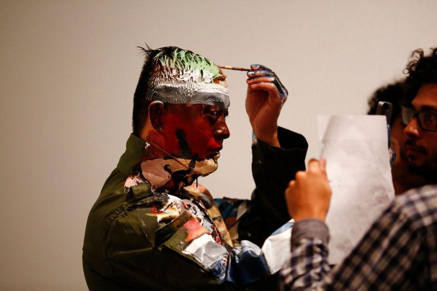 Phase cinq: peindre le décor sur son visage.